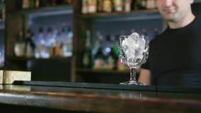 O empregado de bar está preparando um cocktail na barra 4k do clube noturno vídeos de arquivo