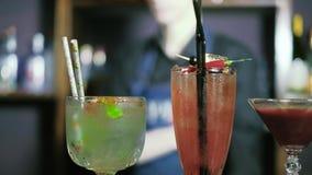 O empregado de bar está preparando um cocktail na barra 4k do clube noturno filme