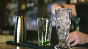 O empregado de bar está preparando um cocktail na barra 4k do clube noturno video estoque