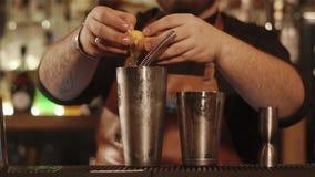 O empregado de bar está quebrando o ovo e está separando um branco da gema, close-up vídeos de arquivo