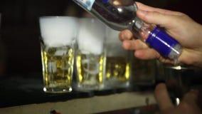 O empregado de bar faz cocktail Fumo do nitrogênio em vidros de tiro alcoólicos coloridos no contador closeup HD, 1920x1080 cockt video estoque