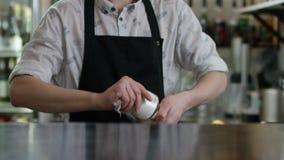 O empregado de bar masculino est? limpando um vidro molhado com o guardanapo seco no fundo da barra O barman lustra um vidro pert vídeos de arquivo