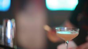 O empregado de bar perito está fazendo o cocktail no clube noturno Barman profissional no trabalho na barra que derrama a bebida  video estoque