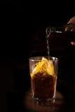 O empregado de bar prepara o cocktail do libre de Cuba em um vidro alto Imagem de Stock Royalty Free