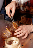 O empregado de bar trabalha no contador da barra, tonificado levemente Imagem de Stock