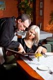 O empregado de mesa ajudou o visitante Imagem de Stock Royalty Free