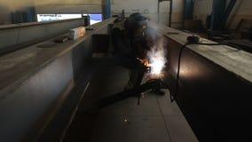 O empregado executa o trabalho da soldadura no departamento da companhia do gás video estoque