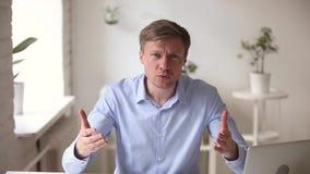 O empregado irritado do xingamento do empregador critica resultados do trabalho pela chamada video video estoque