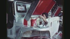 O empregado pinta um Jeepney filme