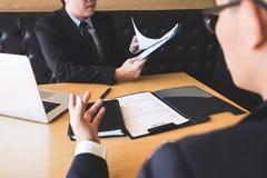 O empregador que chega para uma entrevista de trabalho, homem de negócios escuta pode imagens de stock
