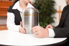 O empresário está recomendando um cliente para o funeral Fotografia de Stock