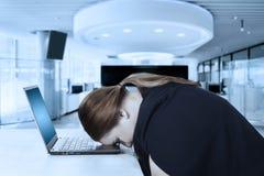 O empresário fêmea parece cansado no escritório imagem de stock