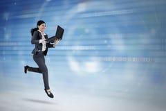 O empresário fêmea usa o portátil no Cyberspace fotografia de stock royalty free
