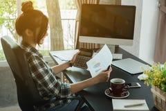O empresário novo, proprietário empresarial do adolescente trabalha em casa, alfa foto de stock