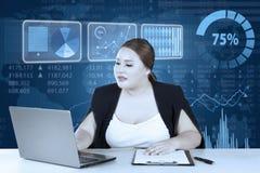 O empresário novo trabalha no portátil e na prancheta Imagem de Stock Royalty Free