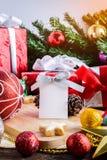 O Empty tag com decoração festiva, o Natal e o ano novo cortejam sobre Fotos de Stock Royalty Free