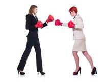 O encaixotamento de duas mulheres de negócios isolado no branco Fotos de Stock