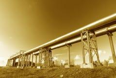 O encanamento de aço é fotografado no fundo do céu Fotografia de Stock Royalty Free