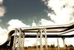 O encanamento de aço é fotografado no fundo do céu Imagens de Stock Royalty Free