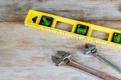 O encanamento utiliza ferramentas a composição dos conectores de bronze da tubulação na placa de madeira fotos de stock