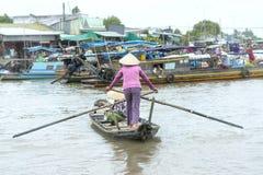 O enfileiramento do Ferryman toma visitantes através do rio ao mercado de flutuação da visita imagem de stock royalty free