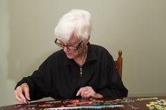 O enigma de serra de vaivém uniu por uma mulher do eldery Fotos de Stock