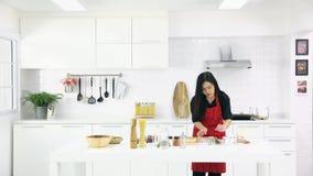 O ensino asiático da mulher daughterkitchen video estoque