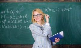 O ensino eficaz envolve adquirir o conhecimento relevante sobre estudantes Qualidades que fazem o bom professor Ensino da mulher imagens de stock