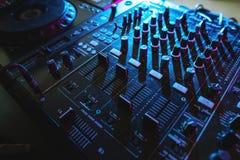O entretenimento DJ do equipamento do misturador posta imagem de stock royalty free
