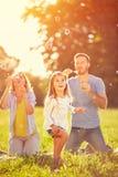 O entretenimento para a criança com shinny bolhas de sabão imagem de stock royalty free