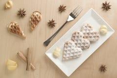 O entusiasmo de limão dos waffles do coração, açúcar pulverizado serviu em p retangular Imagem de Stock