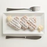 O entusiasmo de limão dos waffles do coração, açúcar pulverizado serviu em p retangular Foto de Stock Royalty Free
