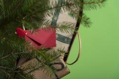 O envelope vermelho grampeado nos presentes do Natal ensaca Vista superior com c imagem de stock royalty free