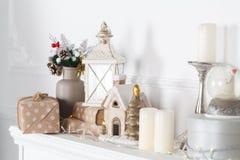 O envoltório da chaminé é decorado para o Natal com festão, luzes, uma curva e outras decorações fotografia de stock royalty free