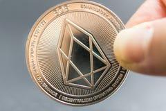 O EOS, moeda de prata cripto da moeda, tiro macro da moeda do Iota isolado no fundo, cortou a tecnologia de Blockchain, fotografia de stock royalty free