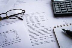 O equilíbrio do negócio, declaração de rendimentos financeira analisa o dinheiro imagem de stock