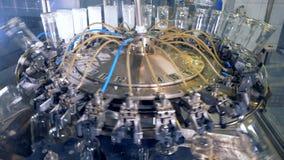 O equipamento da fábrica limpa garrafas, fim video estoque