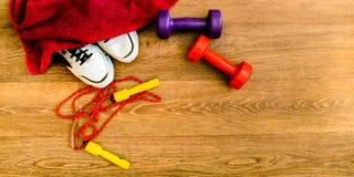 O equipamento de esporte, corda, aptidão, bola, esportes, toalha, sapatilhas, assoalho de madeira, tênis de corrida, ostenta peso Imagem de Stock