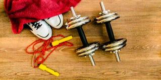 O equipamento de esporte, corda, aptidão, bola, esportes, toalha, sapatilhas, assoalho de madeira, tênis de corrida, ostenta peso Fotografia de Stock