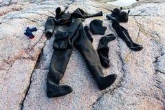 O equipamento de mergulho seca ap?s o mergulho no litoral de pedra fotografia de stock