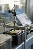O equipamento de testes do laboratório para a engenharia civil, dirige a máquina da tesoura no trabalho, close up fotografia de stock royalty free
