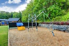 O equipamento do campo de jogos ajustou-se para crianças no clube de tênis do gramado de Tacoma Fotografia de Stock Royalty Free