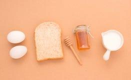 O equipamento do cozimento faz grões e cereais do trigo de pão em b de madeira Fotografia de Stock Royalty Free