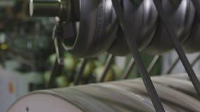 O equipamento do pneu funciona durante o close up do processo de manufatura filme