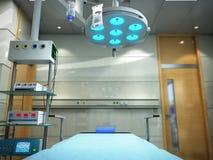 o equipamento e os dispositivos médicos na sala de operações moderna 3d rendem Foto de Stock Royalty Free