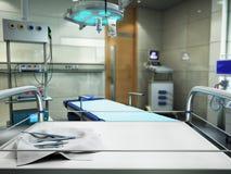 o equipamento e os dispositivos médicos na sala de operações moderna 3d rendem Imagem de Stock Royalty Free