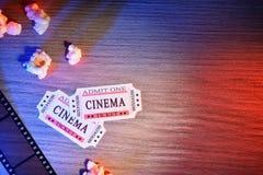 O equipamento e os elementos do cinema coloriram o detalhe superior das luzes Fotografia de Stock