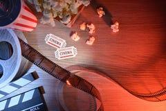 O equipamento e os elementos do cinema na tabela coloriram a parte superior das luzes Foto de Stock