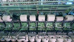 O equipamento fabril bobina linhas em clews automaticamente vídeos de arquivo