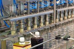 O equipamento para empacotar das bebidas. Imagens de Stock